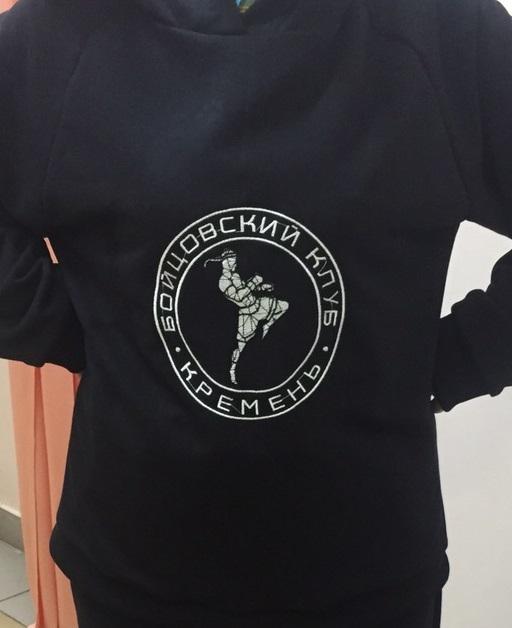 Художественная вышивка на заказ официальной символики на футболке